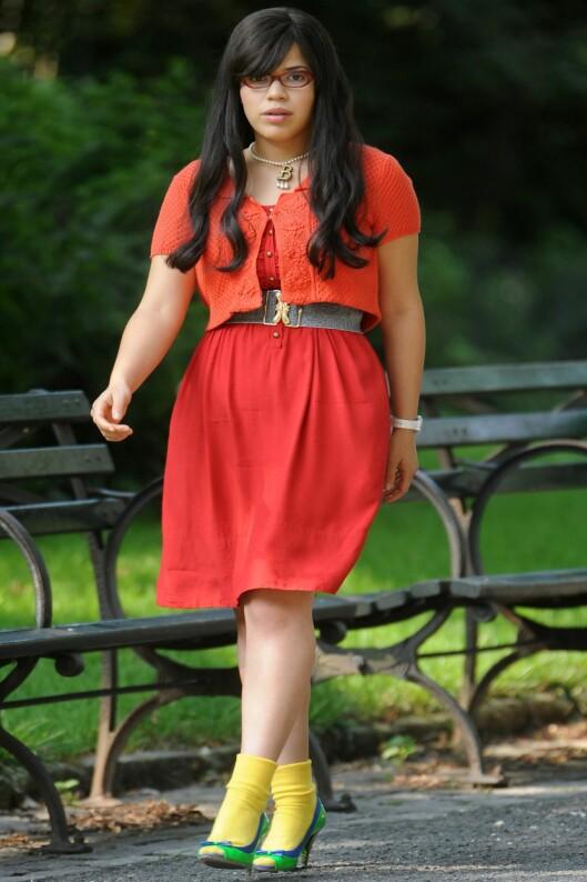 EN FARGESPRAKENDE TUR I PARKEN: Ugly Betty-skuespiller America Ferrera i kanarigule sokker, grønne pumps og signalrød kjole med bredt belte i livet.    Foto: All Over Press