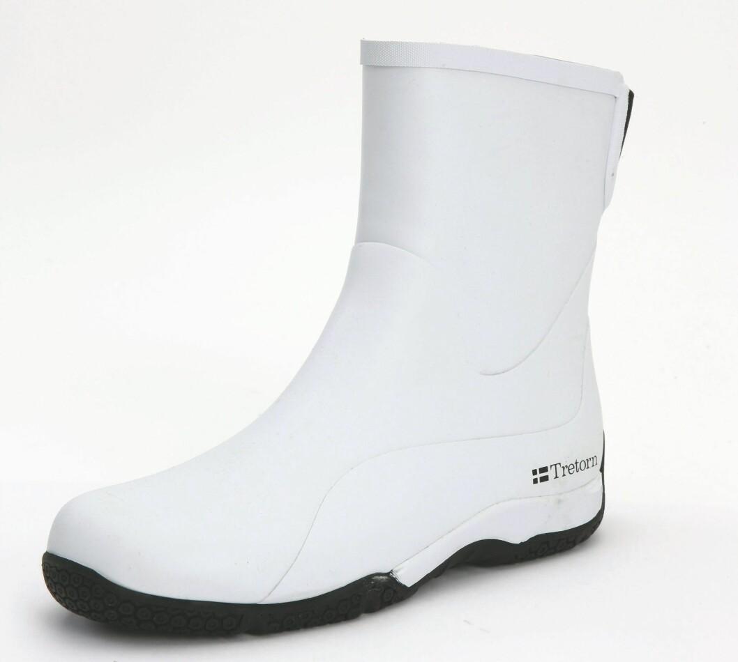 Hvit og kort modell med solid såle (kr 300, Tretorn).