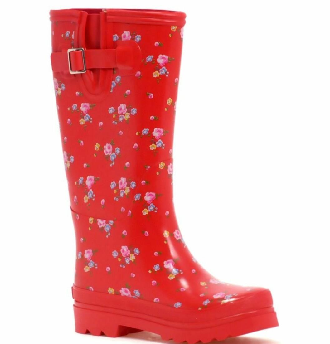 I muntert rødt å plaske rundt i sølepyttene i (kr 550, Cath Kidston/Asos.com).
