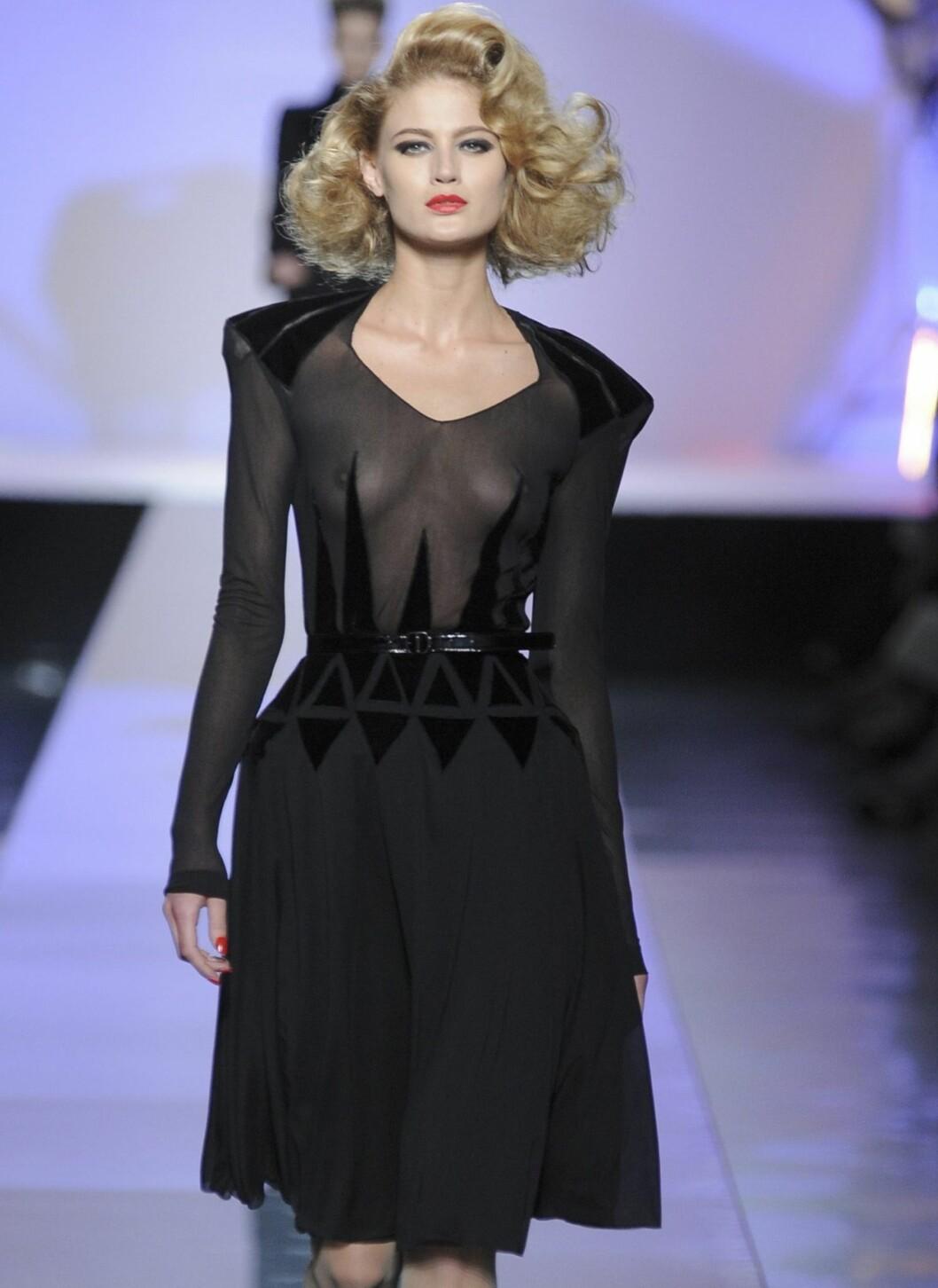 Den nye looken fra Jean Paul Gaultier er sexy, mørk og nesten gotisk i stilen.  Foto: All Over PressAll Over Press