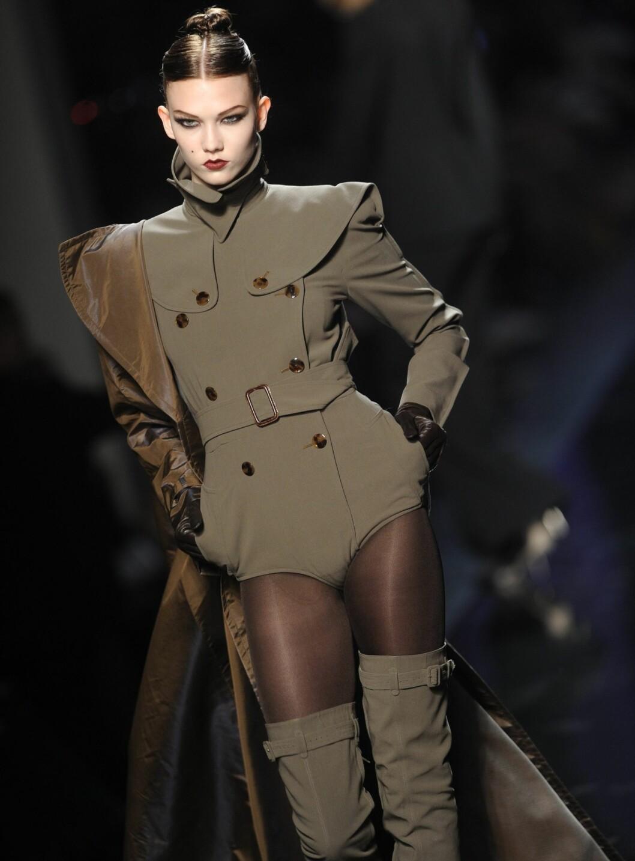 Hardt, andogynt og militant. Gaultier tar årets uniformsjakke et steg videre, og lanserer en uniformsbody med belte og skulderslag.  Foto: All Over PressAll Over Press