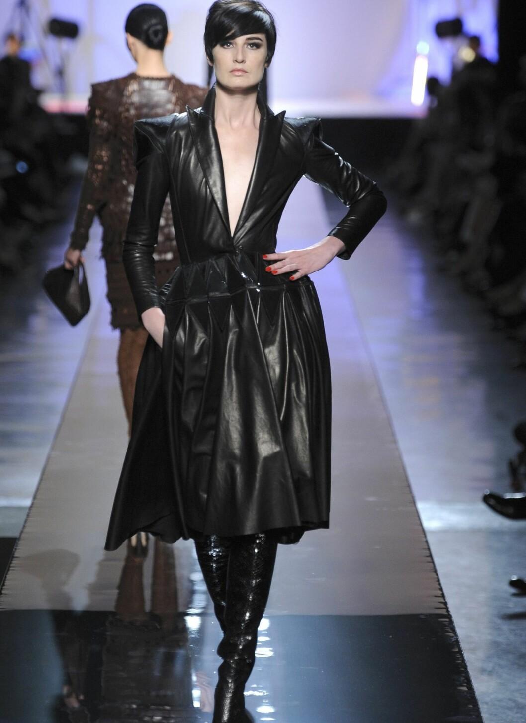 Smal og feminin silhuett kombinert med harde materialer som svart skinn gir den rette femme fatale-looken.  Foto: All Over PressAll Over Press