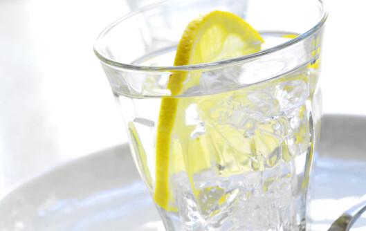 Ha gjerne en sitronskive i vannet hvis du synes at vann er kjedelig i seg selv. Foto: colourbox.com