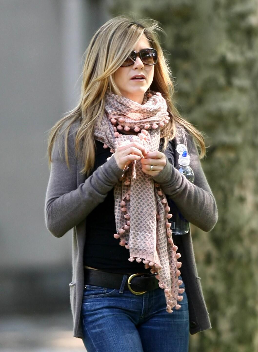 Jennifer Aniston holder varmen på en stilfull måte.  Foto: All Over Press