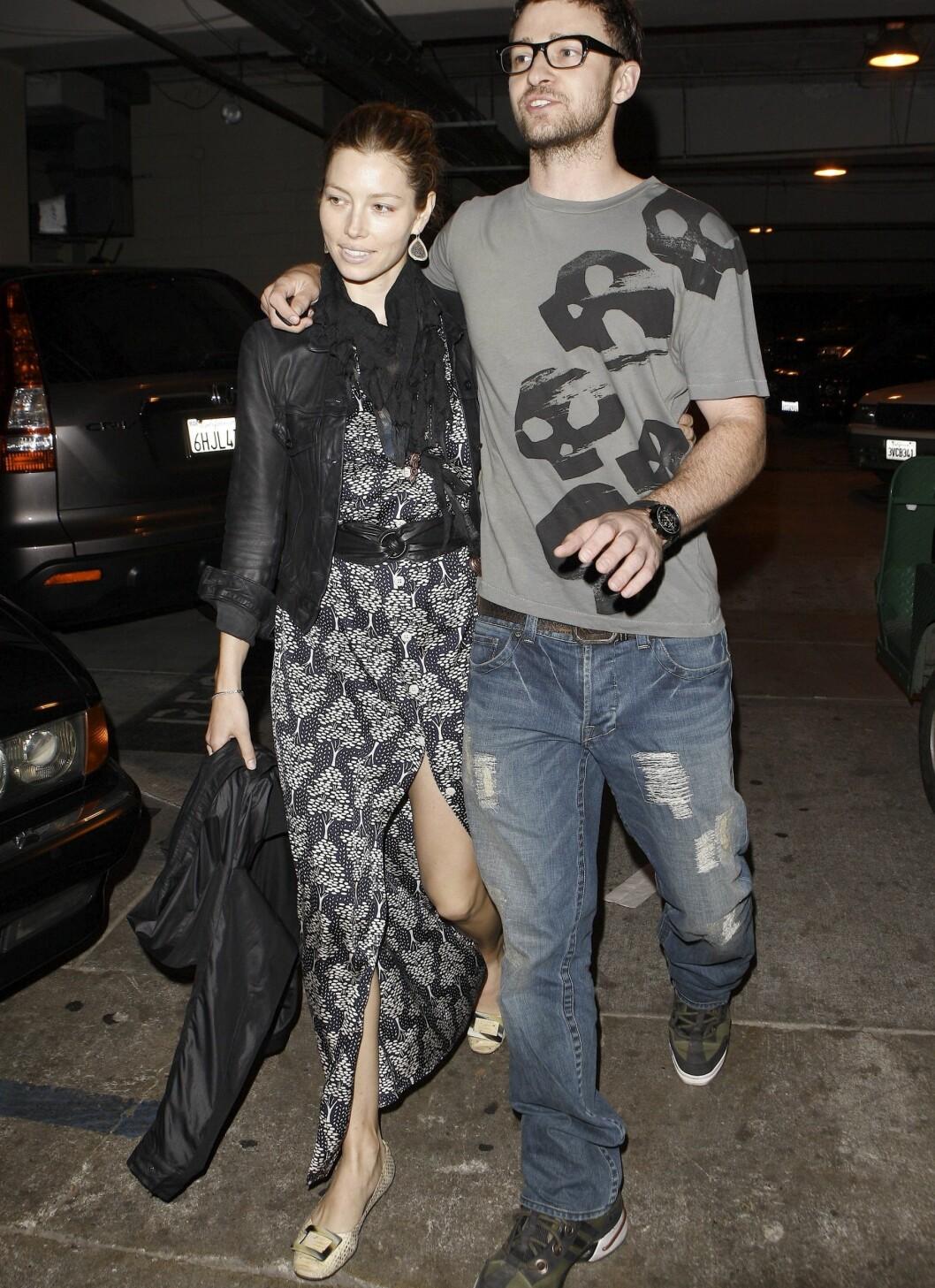 Justin Timberlake og Jessica Biel har kledd seg i harmonerende farger. Til og med Justins briller går pent inn i den grå og svarte looken.  Foto: All Over Press