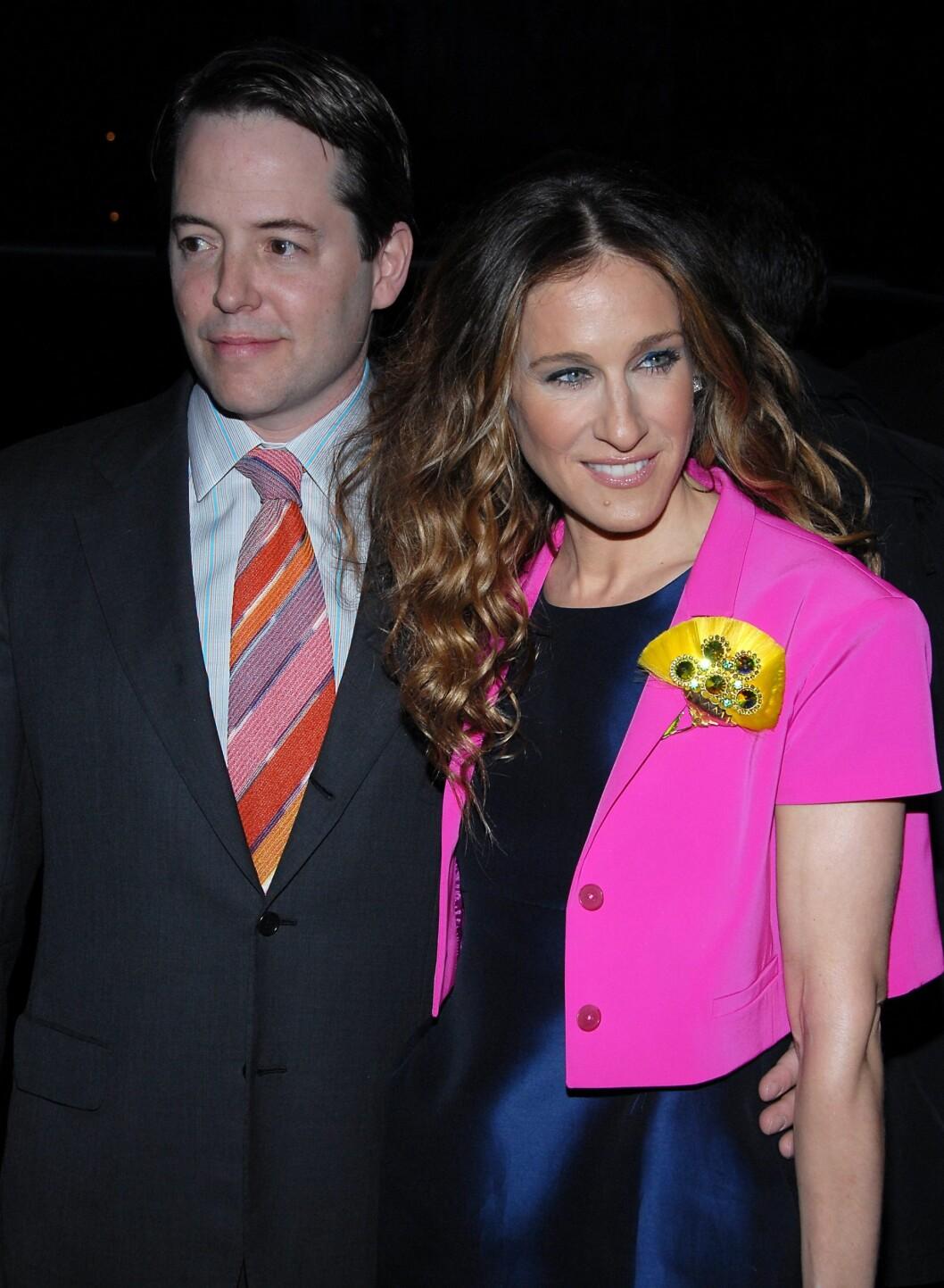 - Jeg skal ha på meg den rosa jakken i kveld, og du tar dette slipset! Vi tipper at Sarah Jessica Parker har valgt ut ektemannen Matthew Brodericks slips denne dagen. Foto: All Over Press