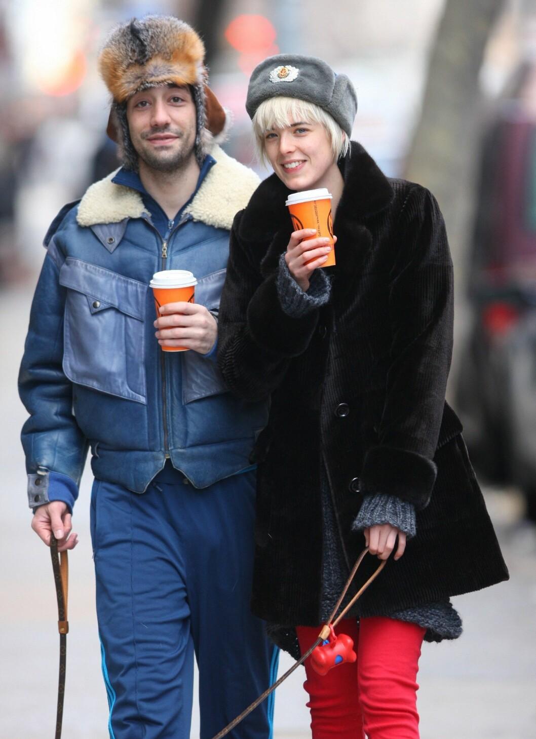 Det er ikke bare hundebåndet og kaffekruset som står i stil når hipsterparet Agyness Deyn og Albert Hammond skal ut på tur.  Foto: All Over Press