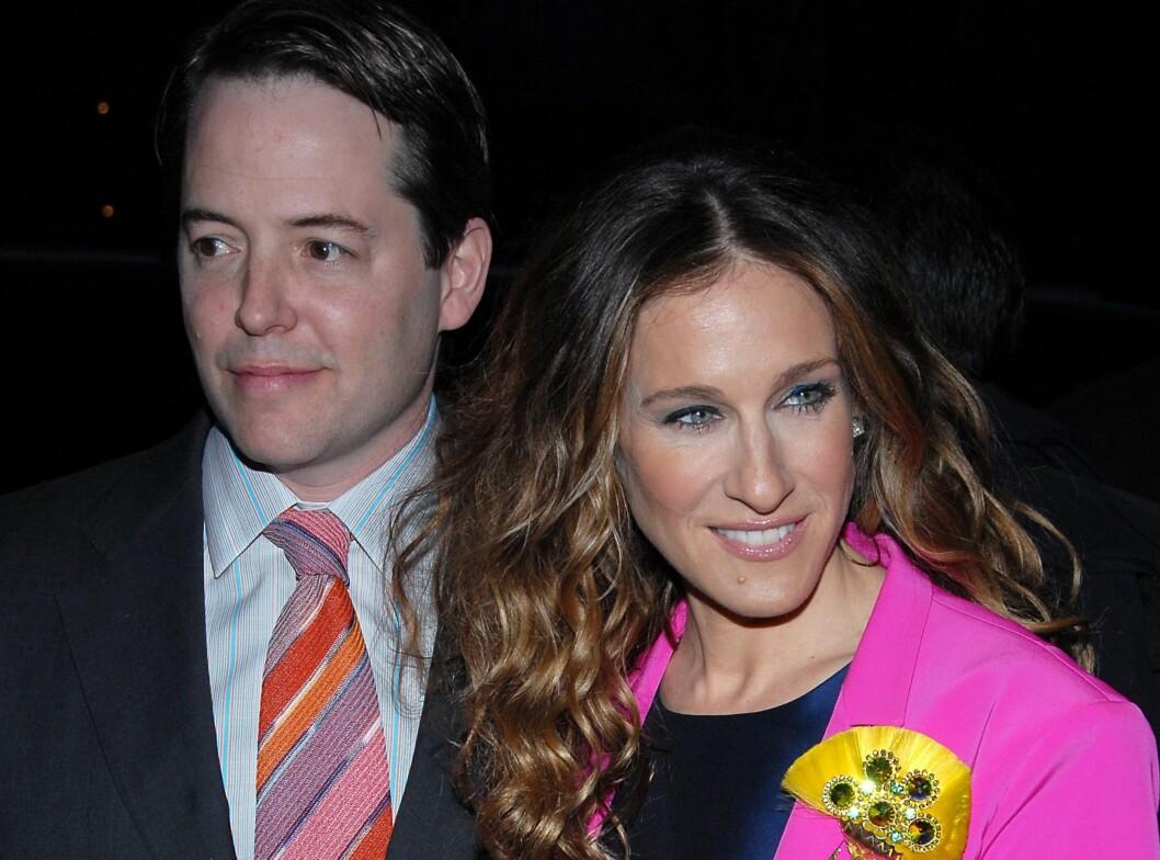 Nei kjære, ikke ta det brune slipset når jeg skal ha på meg rosa jakke, sa Sarah Jessica Parker og fant fram dette rosastripete slipset.  Foto: All Over Press
