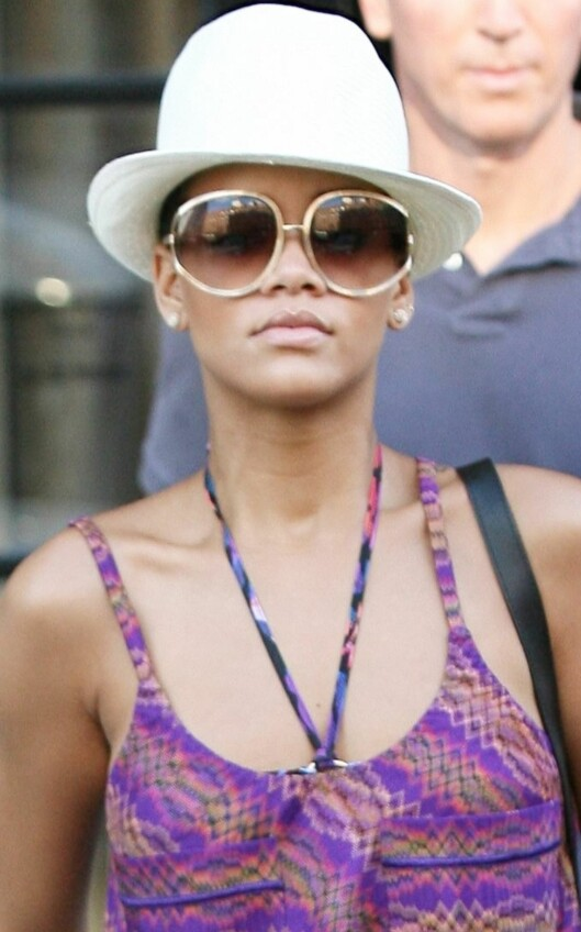 RnB-stjernen Rihanna med store gullbriller og kul hatt på hodet på shopping i New York. Foto: All Over Press