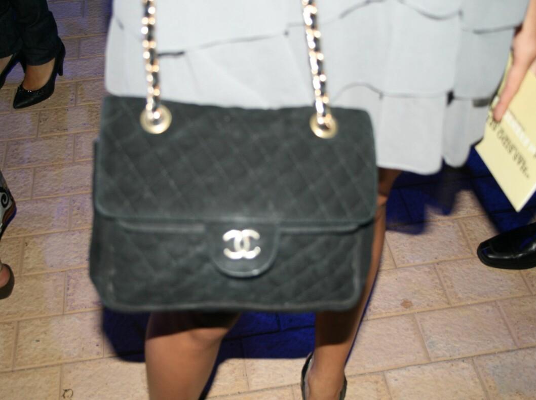 I grå volangkjole fra Top Shop og klassisk Chanel-veske i semsket skinn.