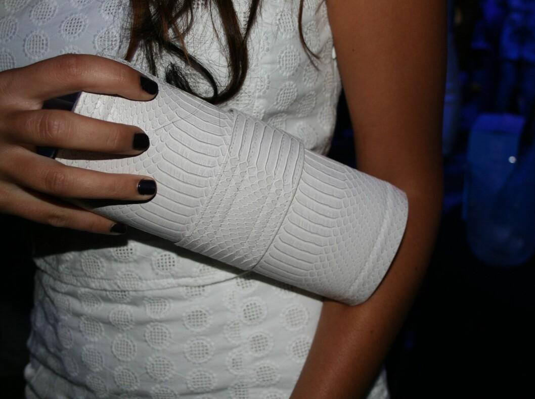 Hvit veske fra Bianco som matcher kjolen perfekt - den svarte neglelakken er en kul kontrast.