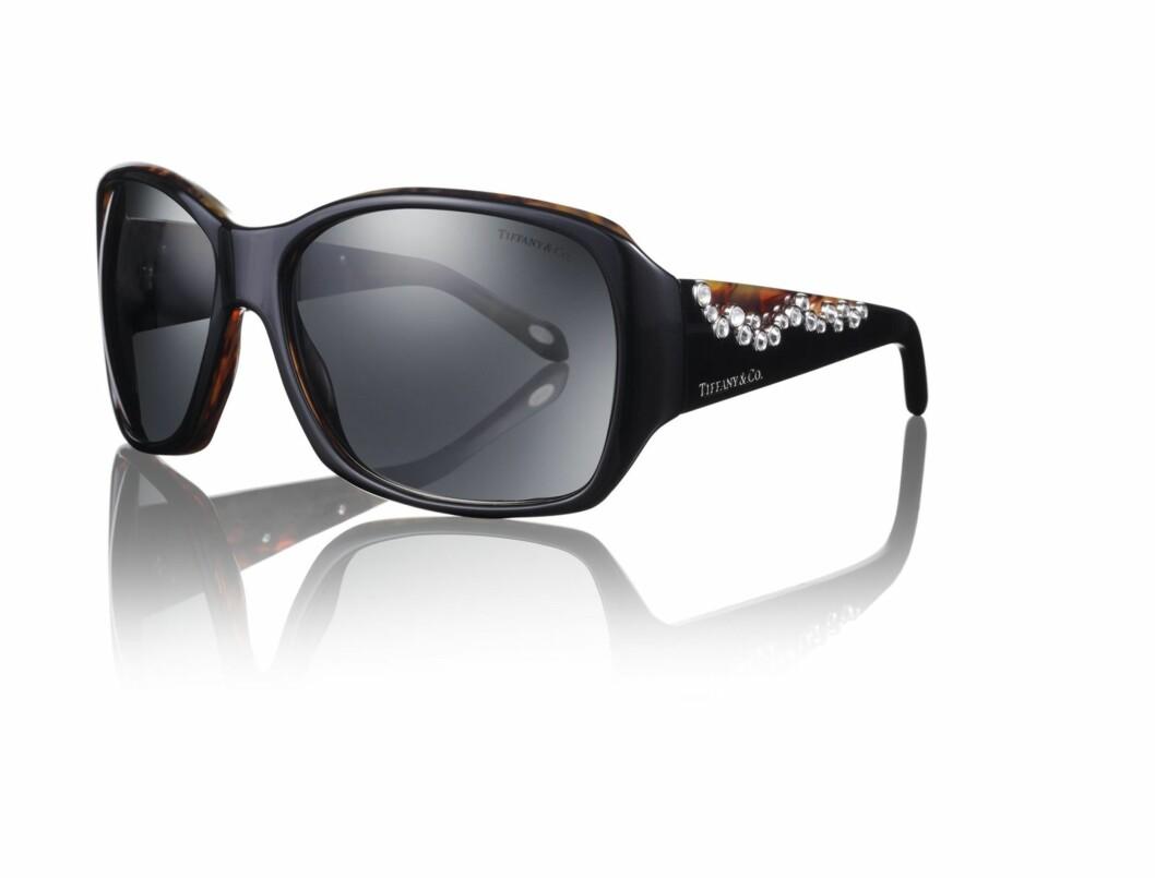 Stilige solbriller med strass på stangen (kr 2200, Tiffany & Co).