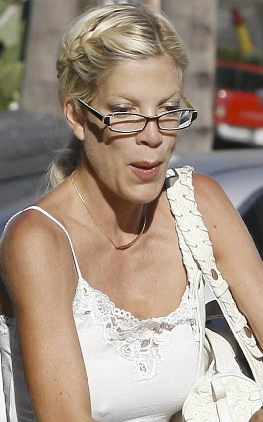 SMALT PÅ NESETIPPEN: Skuespiller Tori Spellings elegante sekretærbriller skaper fin harmoni i ansiktet hennes.   Foto: All Over Press