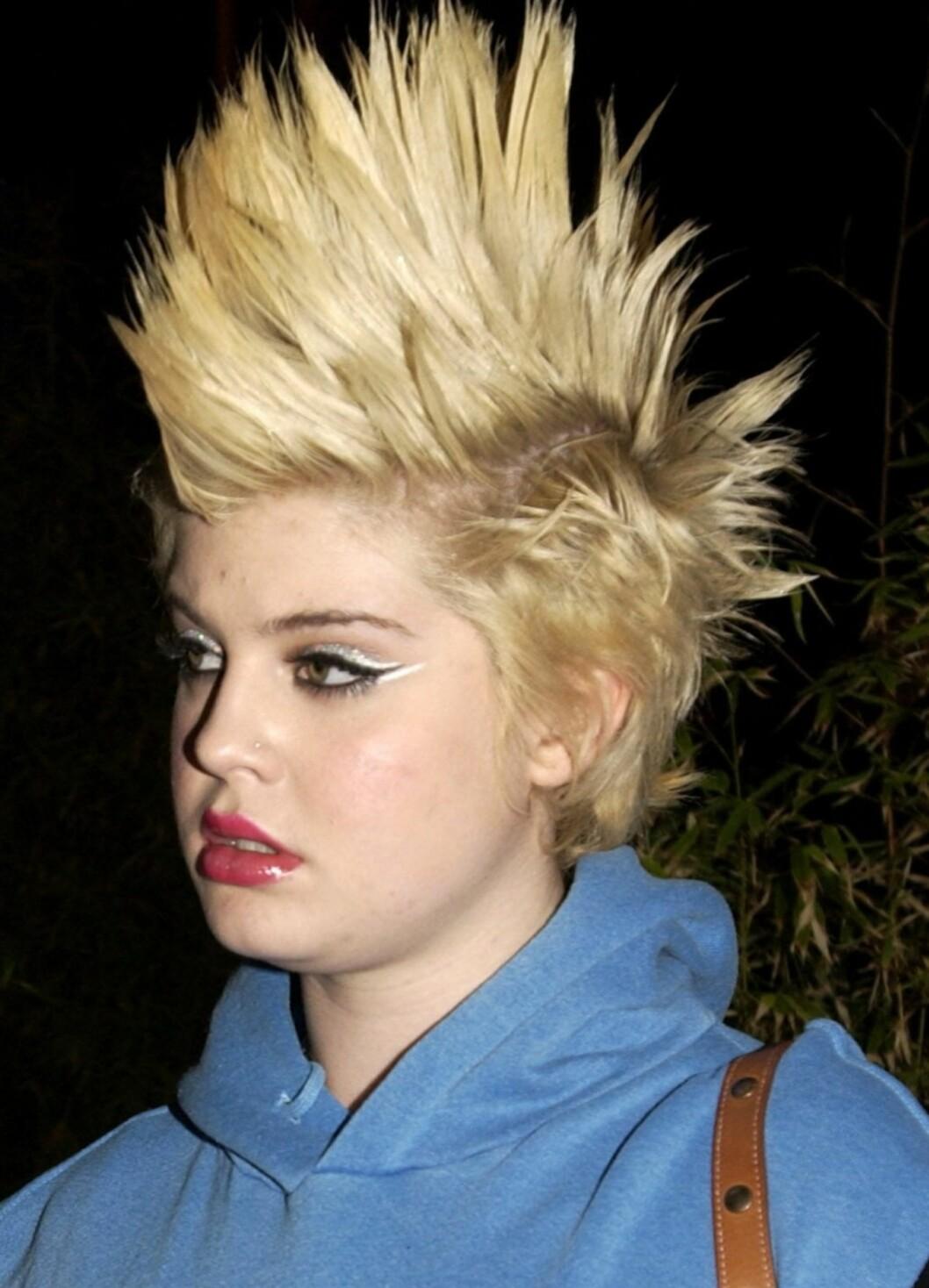 ...Mens Kelly Osbourne trippet en periode rundt med en skyhøy, blond hanekam. Noe hun neppe vil prøve igjen?  Foto: All Over Press
