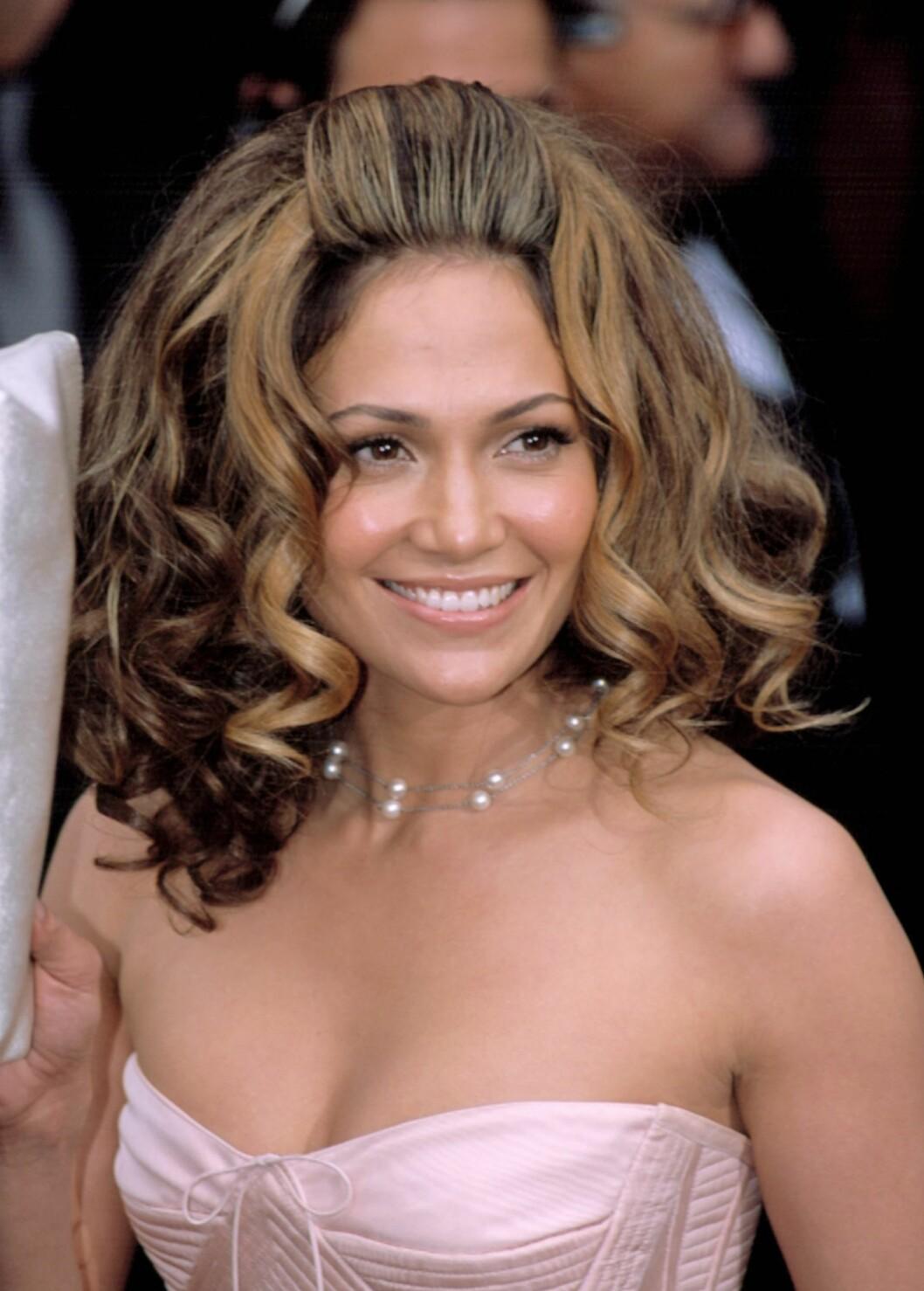 Jennifer Lopez har et nydelig hår. Så hvorfor har hun da tvunget den inn i en stiv og kunstig 60-tallsfrisyre?  Foto: All Over Press