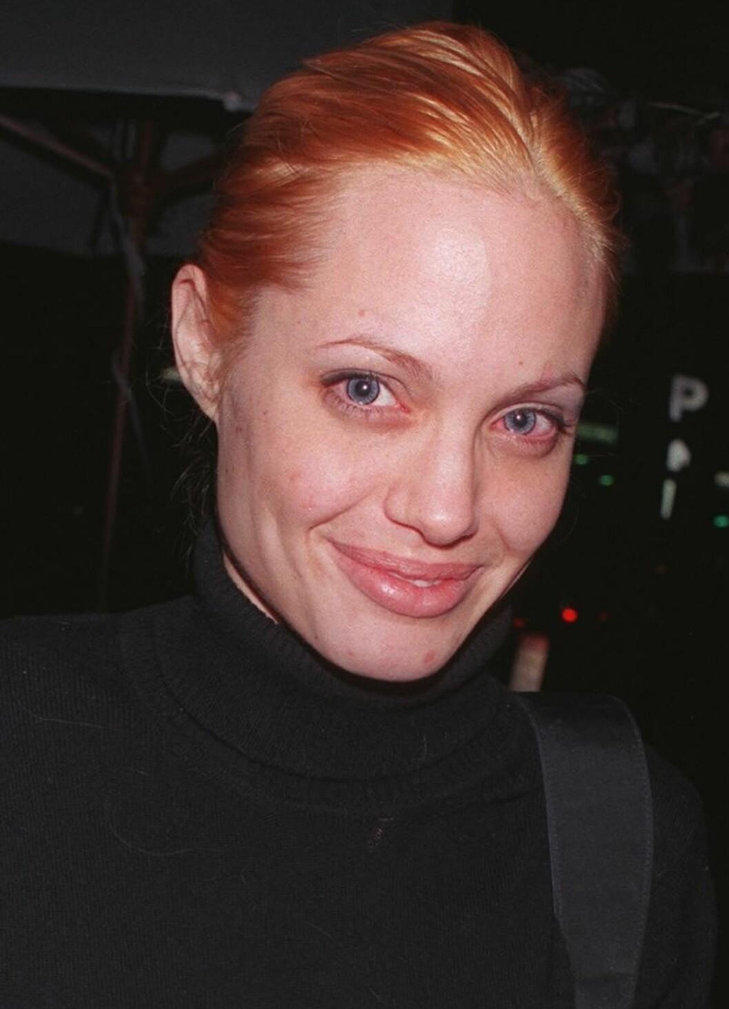 Ifølge ryktene er Angelina Jolie naturlig blond. Men denne korte perioden med gusjefarget, oransje hår er kanskje ikke noe hun lengter tilbake til.  Foto: All Over Press