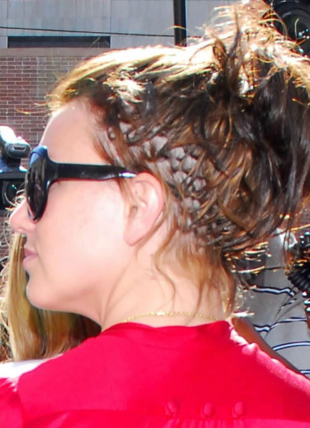 En ting er at Britney Spears skinnet seg i affekt i 2007. Kort hår kan være fint, og de blekede lokkene hennes hadde godt av en klipp. Men da hun kort tid etter dukket opp med denne dårlige extensions-jobben, lurte vi på om hun ikke lenger har råd til stylist.  Foto: All Over Press