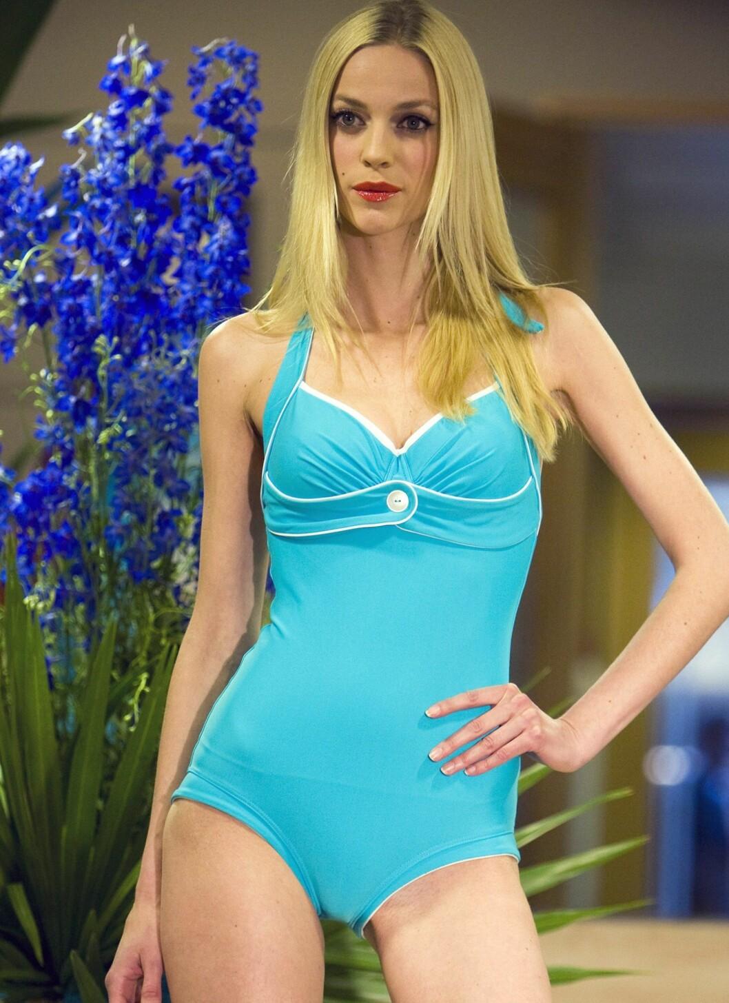 I BABYBLÅ PIN UP-STIL: - Jeg føler meg mye mer glamorøs i badedrakt enn i bikini, sier modell Stine Pedersen, her i en av Dorthes badedrakter med spiler under brystene, som gjør at den sitter ekstra pent, og med ekstra stoff over magen foran som et skjørt  Foto: Per Ervland