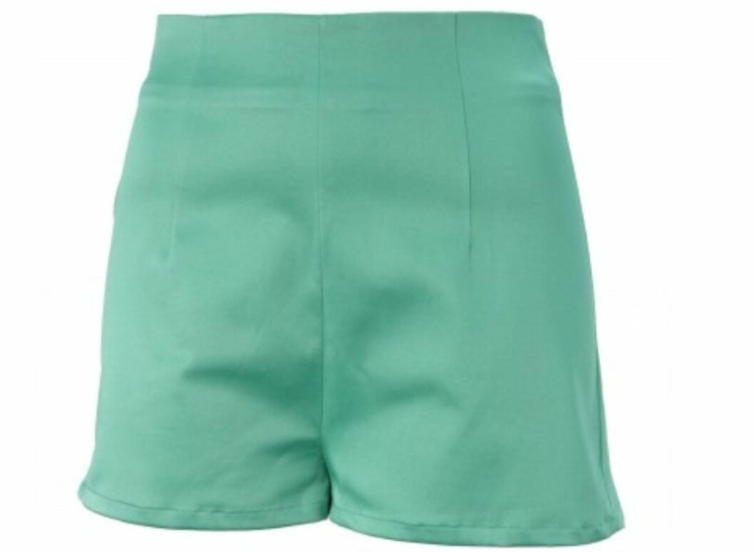 <strong>MED HØYT LIV:</strong> Shorts når du vil pynte deg litt ekstra (kr 200, Gina Tricot).