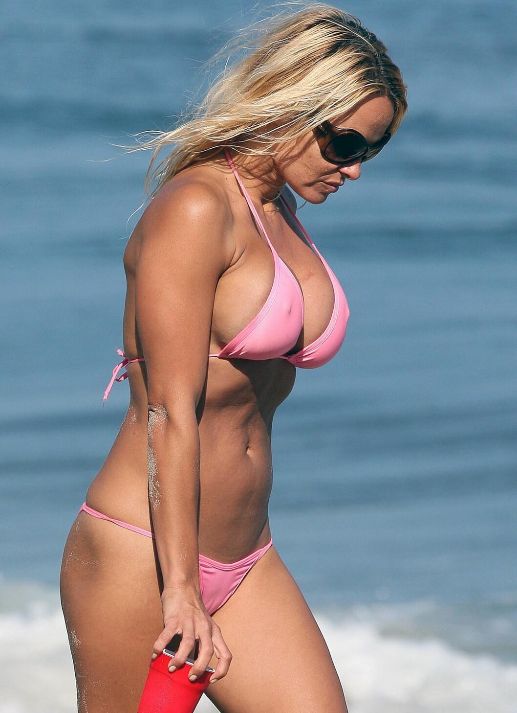 Med mindre du liker stilen, så kan du helt sikkert finne en bikinitopp som passer puppene dine litt bedre enn den gjør her på Baywatch-stjernen Pamela Anderson.  Foto: All Over Press