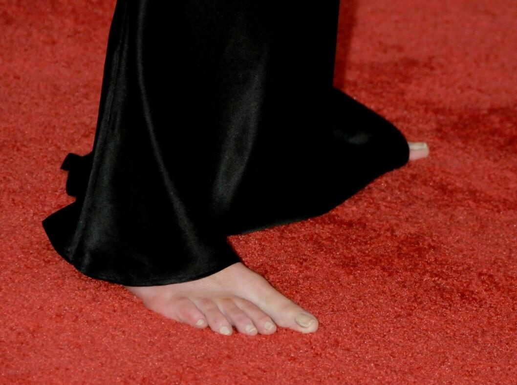 AU DA: I visse tilfeller kal et oar sko gjøre susen. Her skuespiller Lara Flynn Boyles nakne føtter og gule negler på den røde løper.  Foto: All Over Press