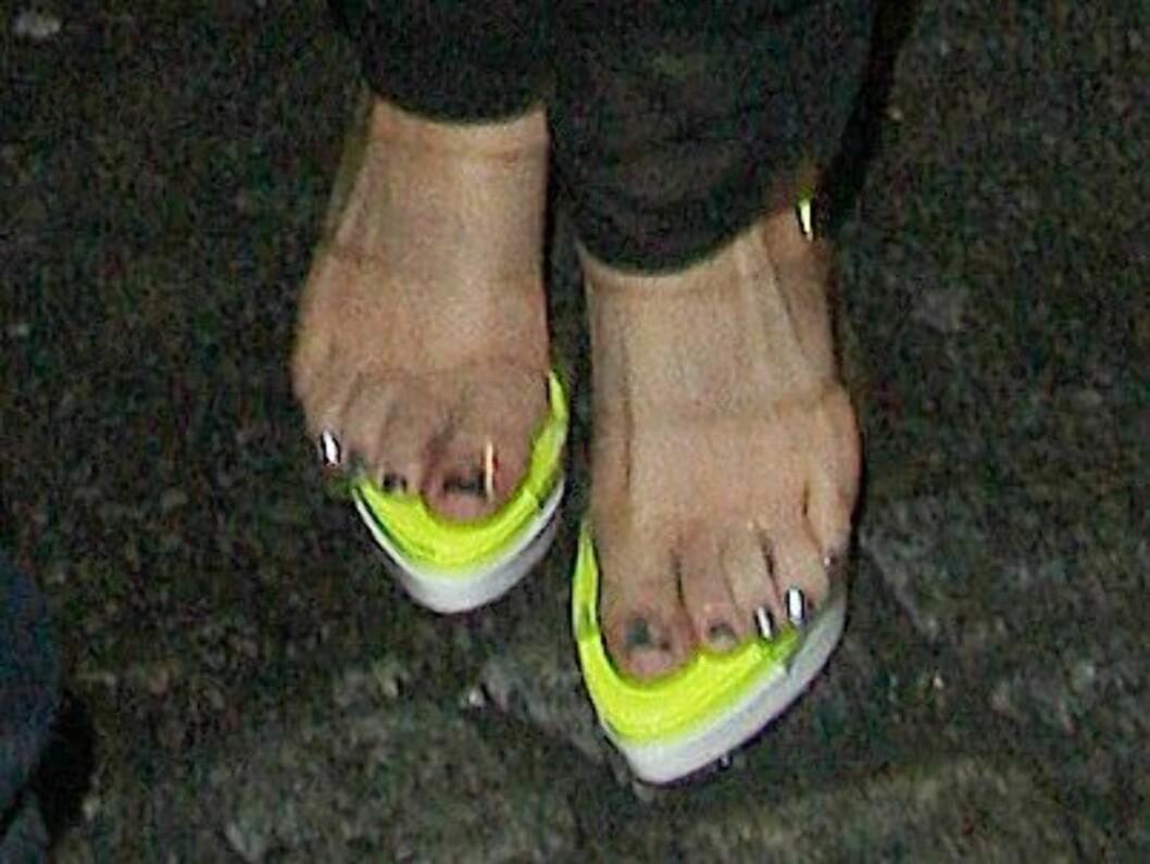 HER VAR DET GLATT: Føttene til Lady GaGa i ferd med å skli rundt på den neongule sålen... Foto: All Over Press