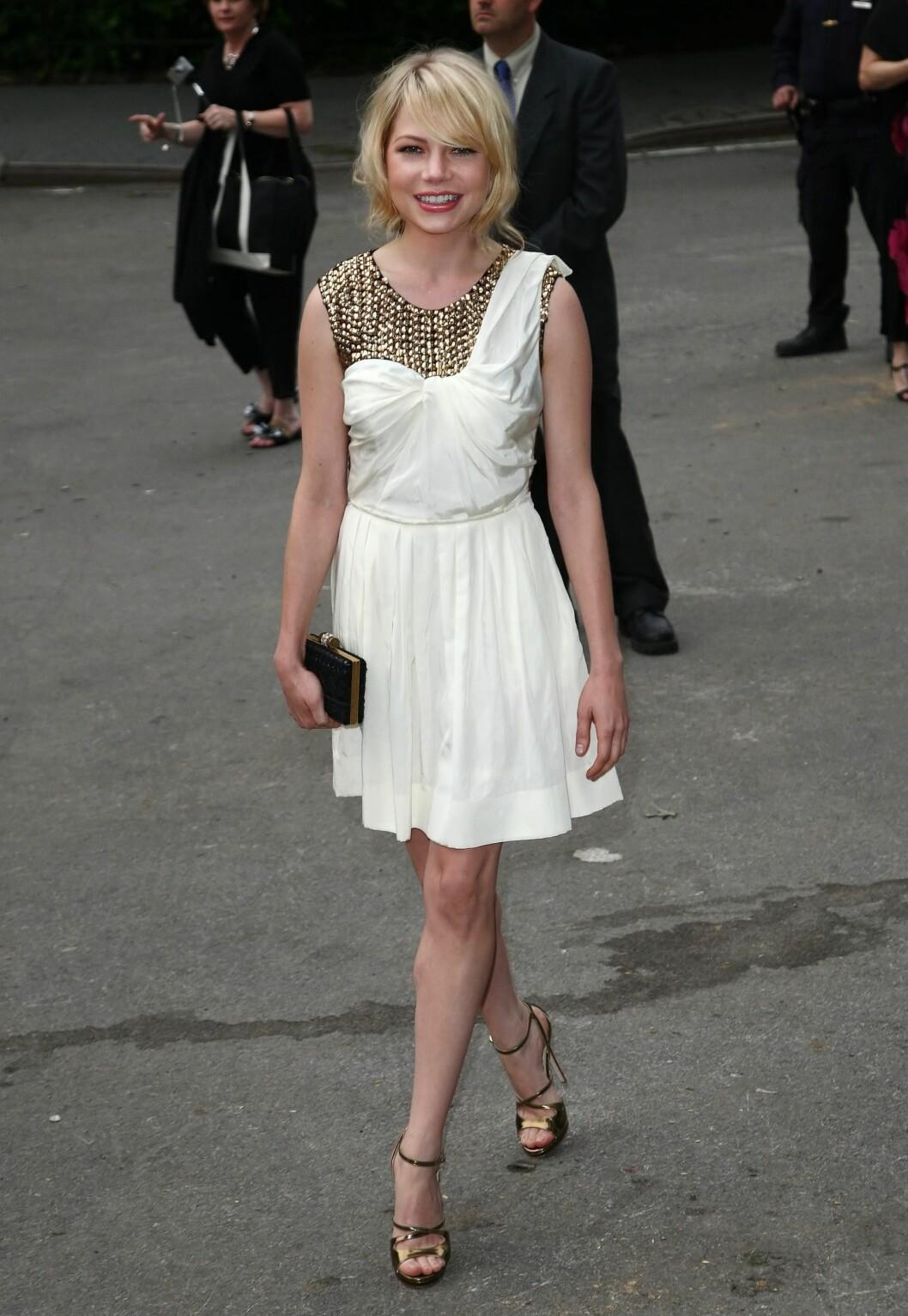 <strong>FESTENS DRONNING:</strong> Skuespiller Michelle Williams i funky hvit kjole med rocka detaljer.  Foto: All Over Press