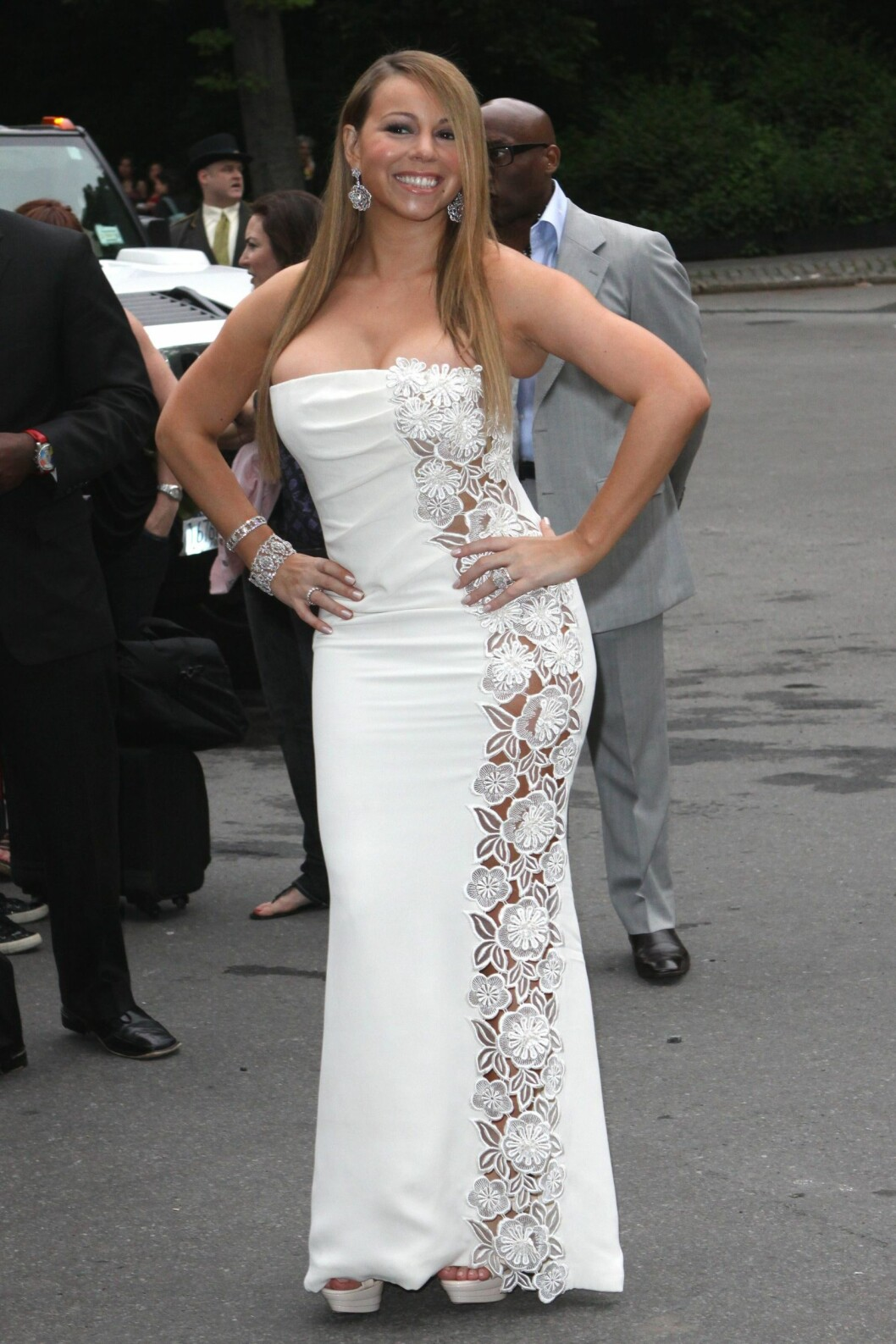 <strong>SPRETNE PUPPER:</strong> Popstjernen Mariah Carey kunne med fordel toned ned denne harry havfruekjolen sin noen hakk.  Foto: All Over Press