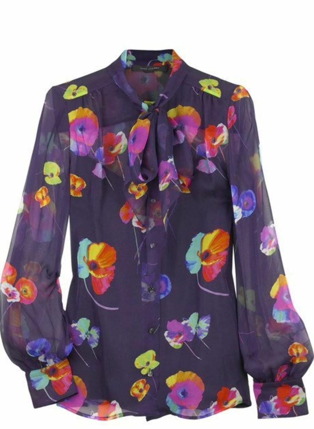 <strong>40 PROSENT AVSLAG:</strong> Fargerik silkebluse med sommerlig blomstermønster (kr 4000, Marc Jacobs).