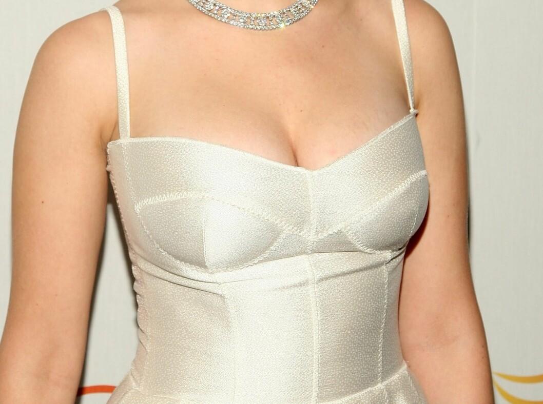 Scarlett Johansson vet hvordan hun skal kle seg for å vise fram det hun har. Foto: All Over Press