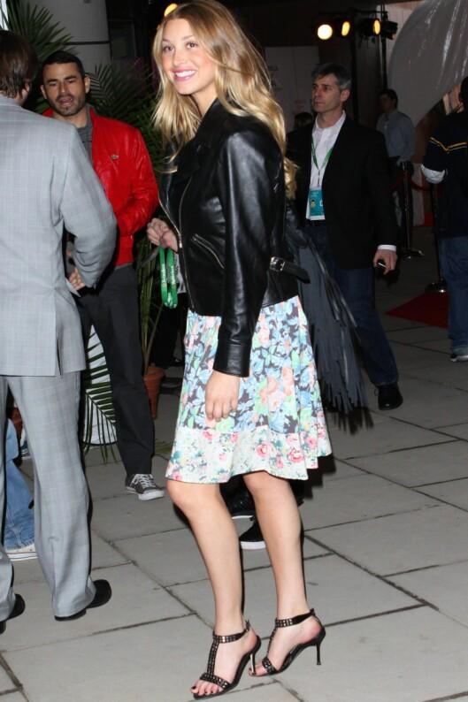 ROCKA TVIST: MTV-stjernen fra The Hills, Whitney Port, røffer opp sitt søte sommerskjørt med smørmyk skinnjakke og høye sandaletter. Foto: All Over Press