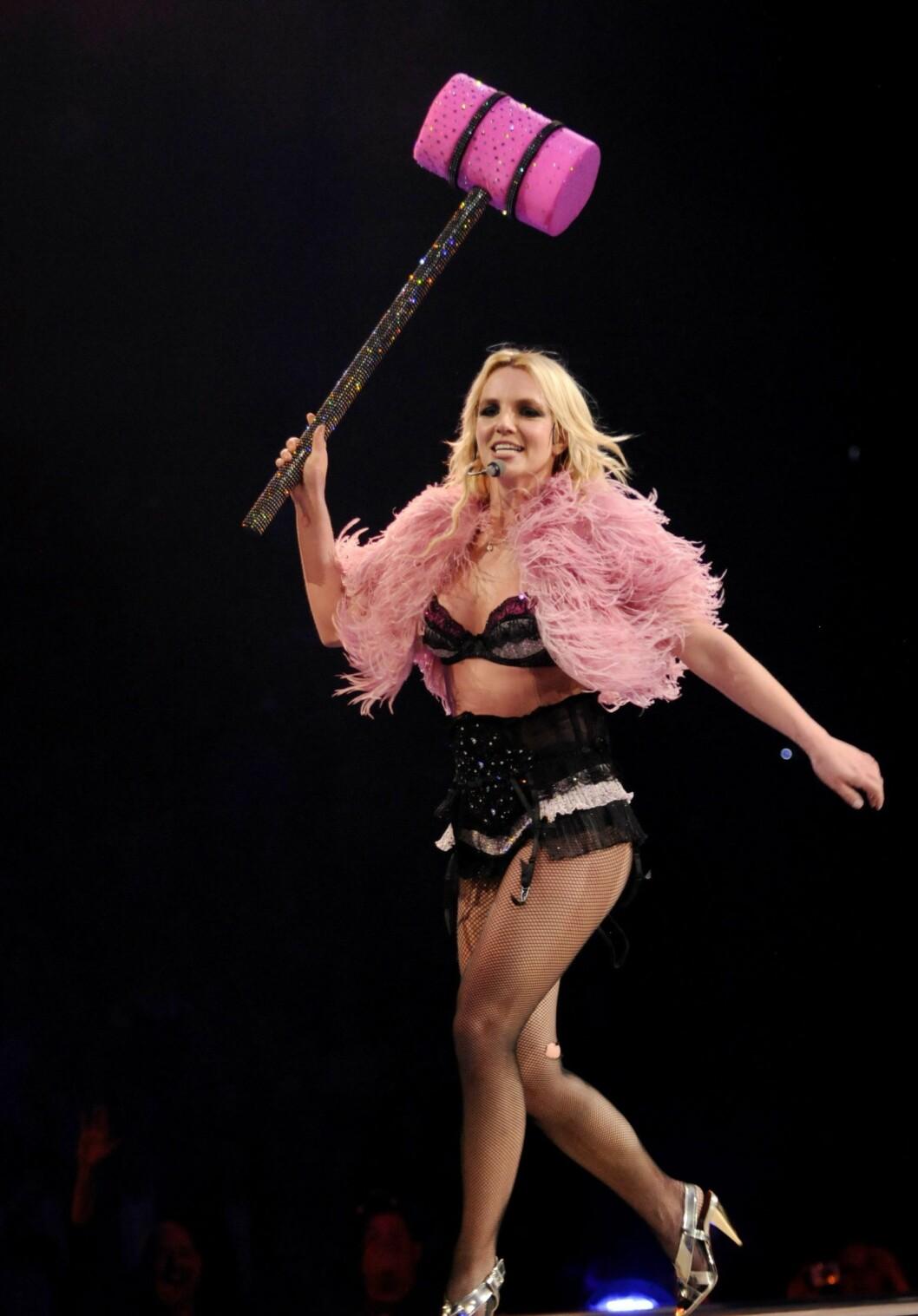 I et intervju med Glamour.com forteller Britney Spears at hun har blitt glad i kroppen sin igjen. Tidligere var hun avhengig av ostepop, men nå trener hun flere ganger i uka og holder seg under 1200 kalorier daglig. Hun har også kuttet ut alt sukker fra kostholdet - frukt inkludert.  Foto: All Over Press