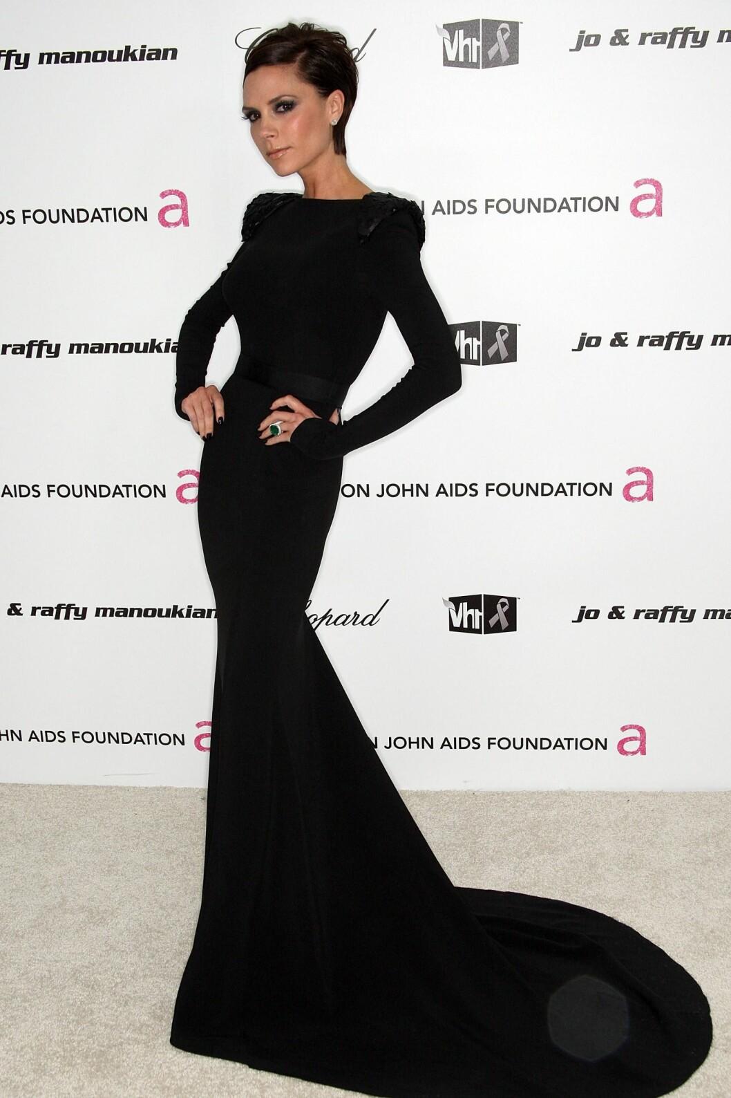 I EGEN DESIGN: Victoria Beckham i en flott selvdesignet kjole, som nesten får henne til å se ut som en tegneseriefigur. Foto: All Over Press