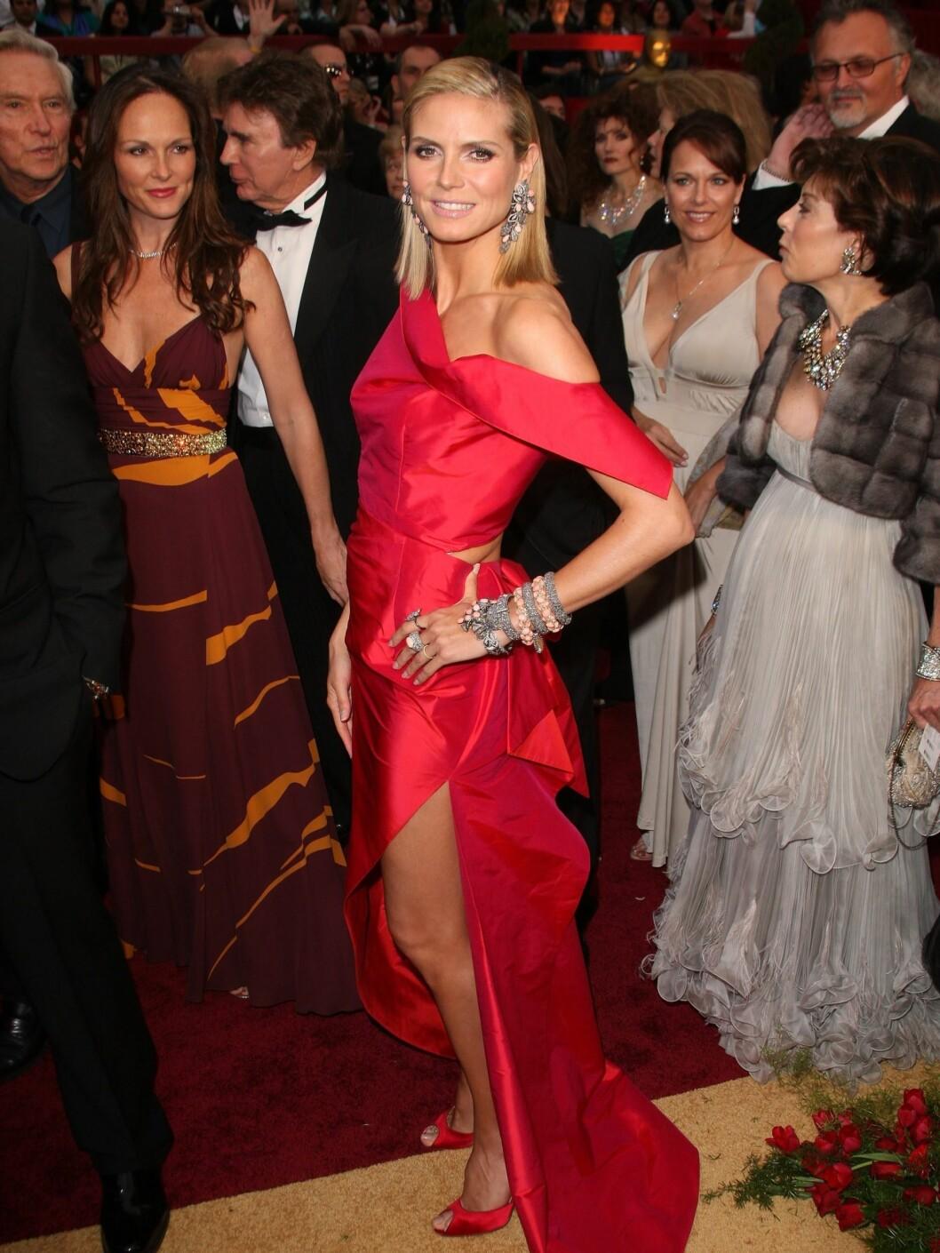 RØDT BLIKKFANG: Supermodell Heidi Klum så sylslank ut i sin Roland Mouret-kjole på Oscar-festen.  Foto: All Over Press