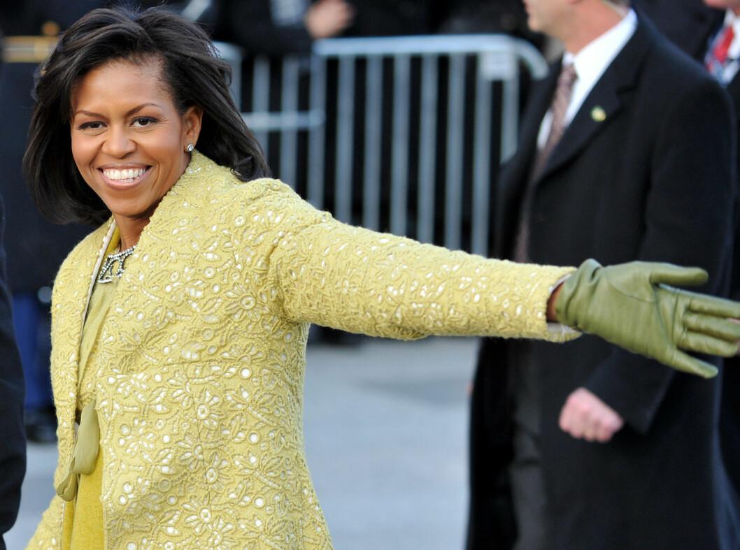 KUBANSK DESIGN: Den nye førstedamen i en gyllen kjole med matchende kappe signert Isabel Toledo under innsettelsen av President Barack Obama. Foto: All Over Press