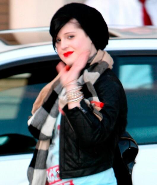 Kelly Osbourne følger med på trendene og har snappet opp baskerluemoten. Foto: All Over Press