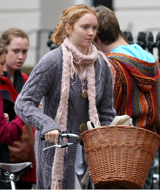 Supermodell Lily Cole går for lange skjerf i lyse pudderfarger. Foto: All Over Press