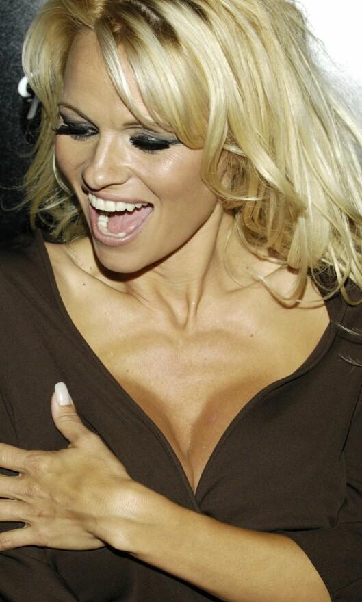V-HALS: Pamela Anderson er ikke redd for å vise fram fortrinnene sine. Foto: All Over Press