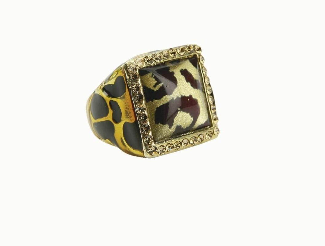 DYRISK: Store blikkfang-ringer er helt riktig denne høsetn, som denne i metall med leopardtrykk (kr 100, Gina Tricot).