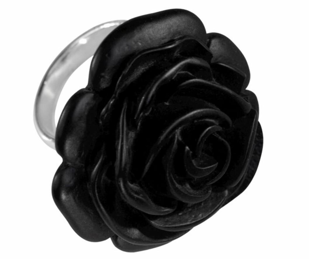 MYSTISKE FINGGRE: Ring med en stor svart rose på (kr 60, Ellos).