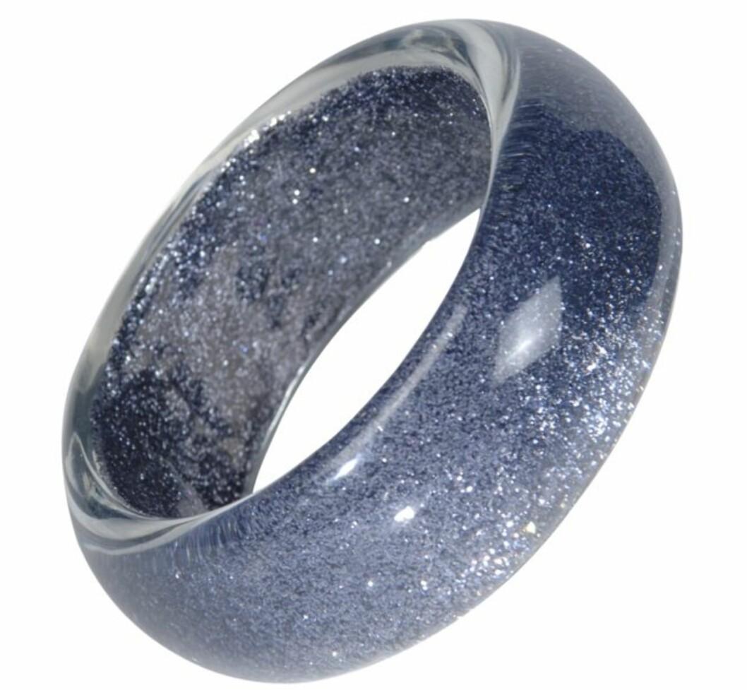 TENK STORT: Bredt plastikkarmbånd med glitter (kr 80, Ellos).
