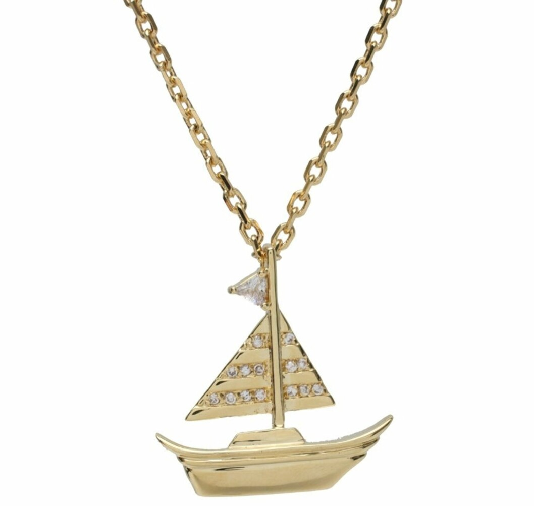 MARITIM TREND: Stilig smykke i imitert gull med artig lite seilbåt-anheng (kr 90, Asos.com).