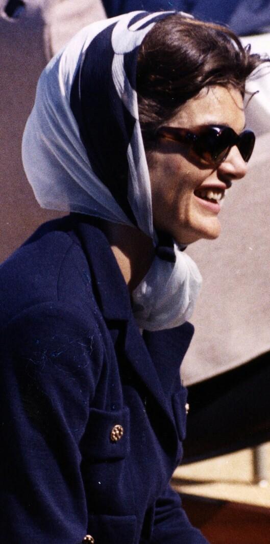 På 60-tallet var Jackie Kennedy en av mange stjerner som elsket å knytte silkeskjerf rundt hodet. Foto: All Over Press