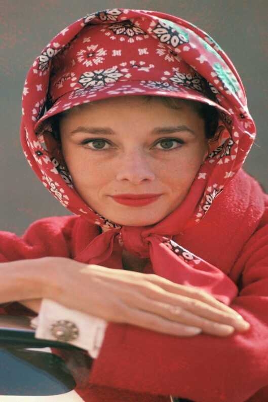 Skuespiller Audrey Hepburn med skjerfet knyttet utenpå hatten på midten av 60-tallet.   Foto: All Over Press