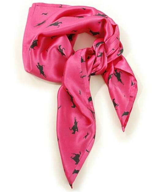 Lekkert rosa silkeskjerf med hester på (kr 500, Malene Birger).