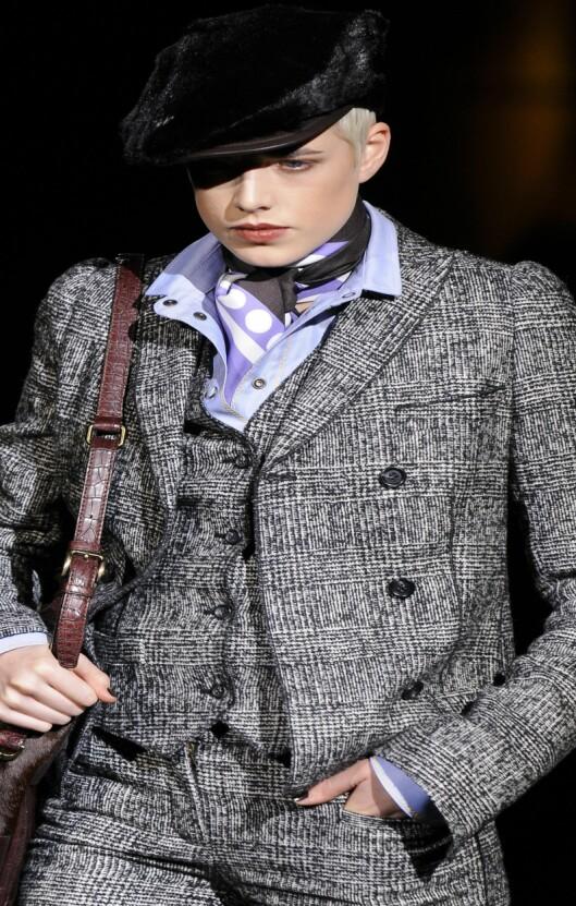 Et fargerikt skjerf piffer opp enhver posh dress, som her på catwalken til Dolce & Gabbana. Foto: All Over PressAll Over Press