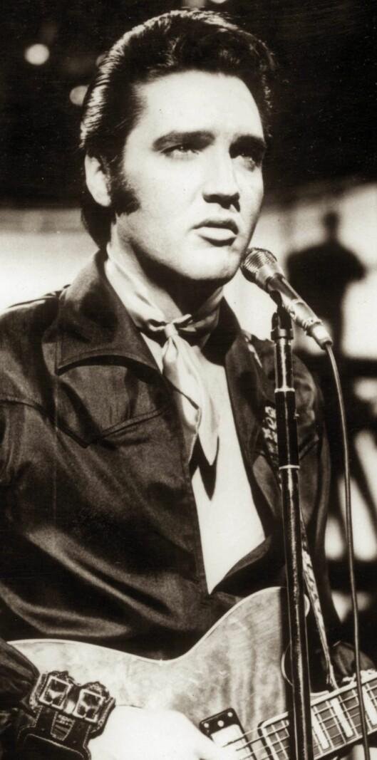 Rockelegenden Elvis Presleys måte å bruke skjerf på på 60-tallet er helt riktig nå.   Foto: All Over Press