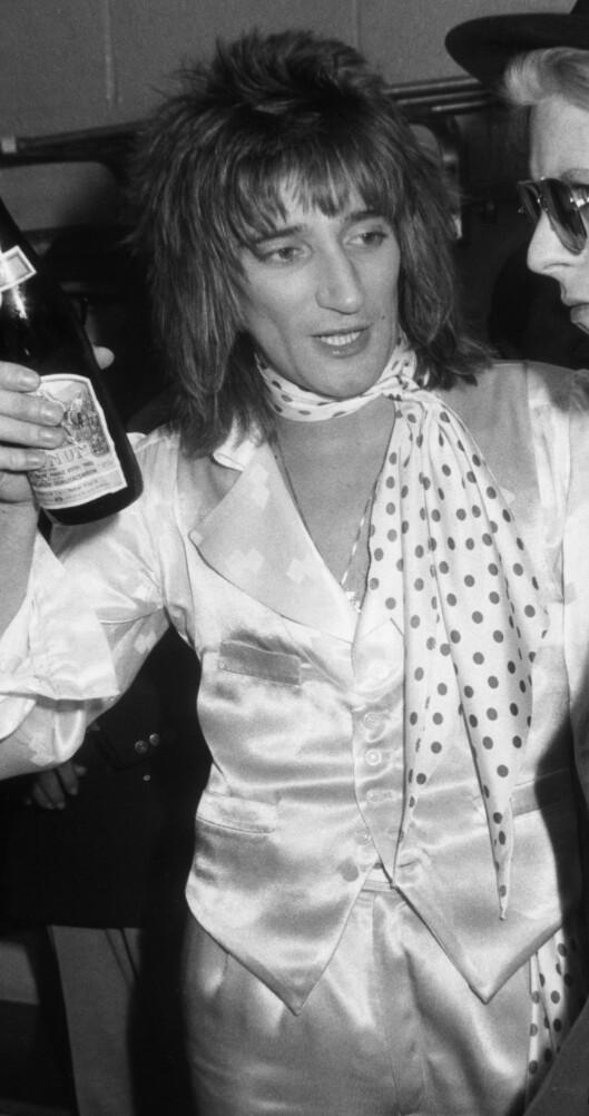Ingen fest uten at silketørklet er på plass for rockestjernen Rod Stewart, her i 1975. Foto: All Over Press