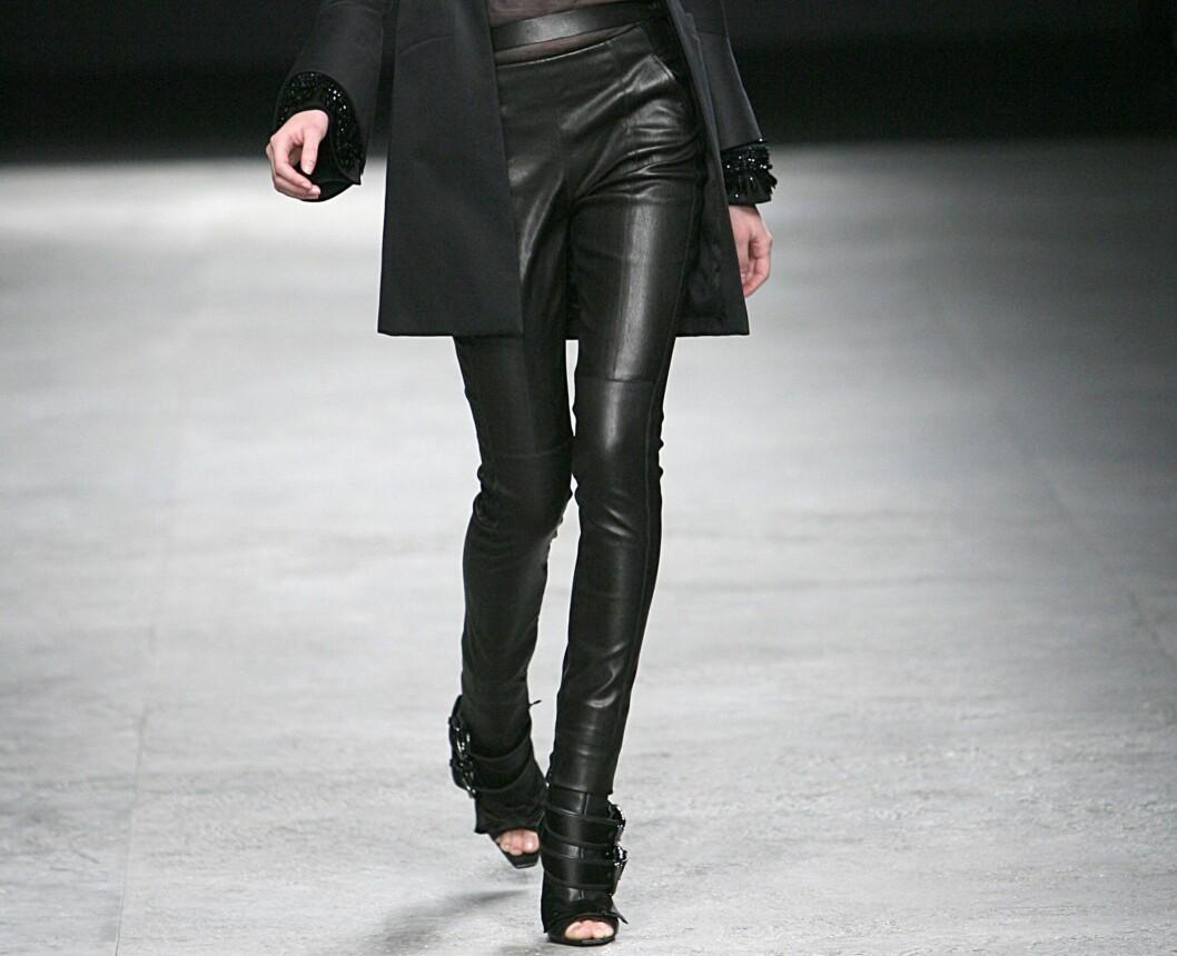 ÅLETRANGE LATEKSBUKSER: Givenchy slår et slag for rocka svarte bukser denne høsten. Foto: All Over PressAll Over Press