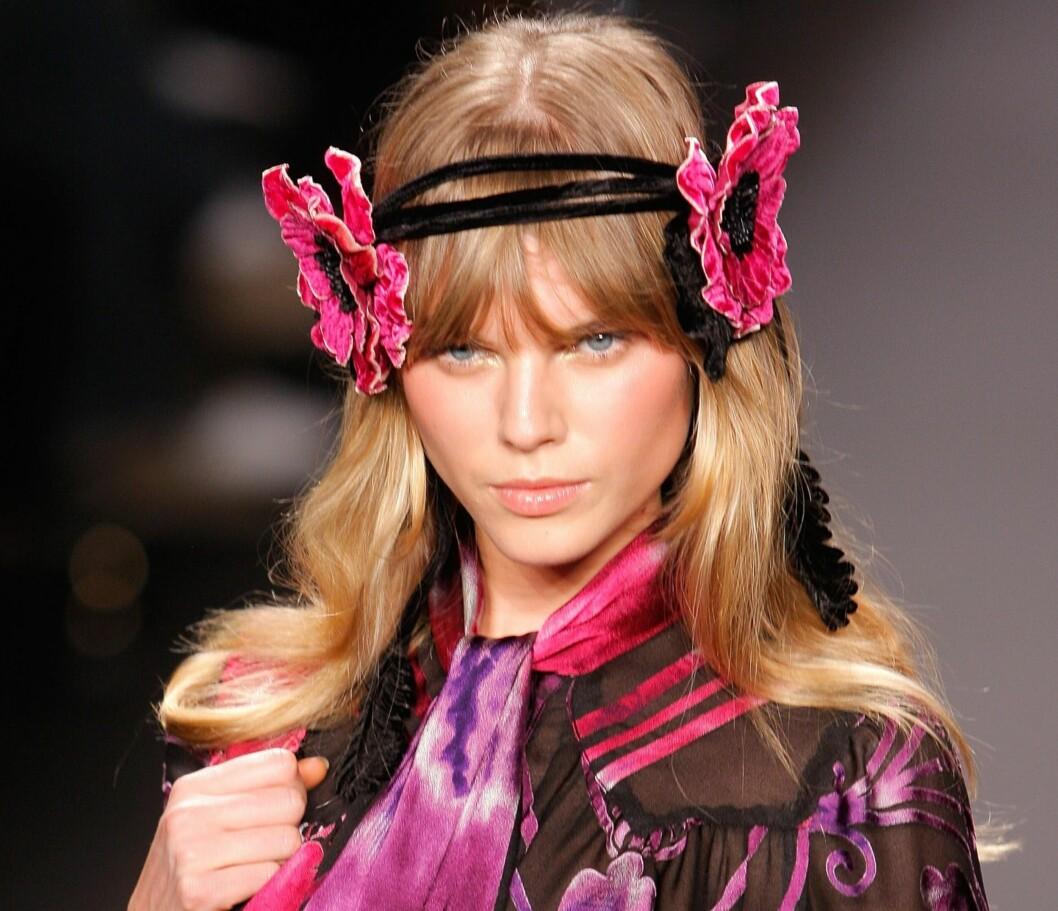 HÅRPYNT: Ikke at du trenger å se like drøy ut som denne modellen fra Anna Sui, men bånd og ulike finesser til håret fortsetter å være på moten utover høsten også.   Foto: All Over PressAll Over Press